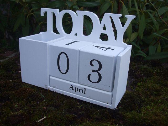 schreibtisch kalender ewiger kalender mit stifthalter. Black Bedroom Furniture Sets. Home Design Ideas