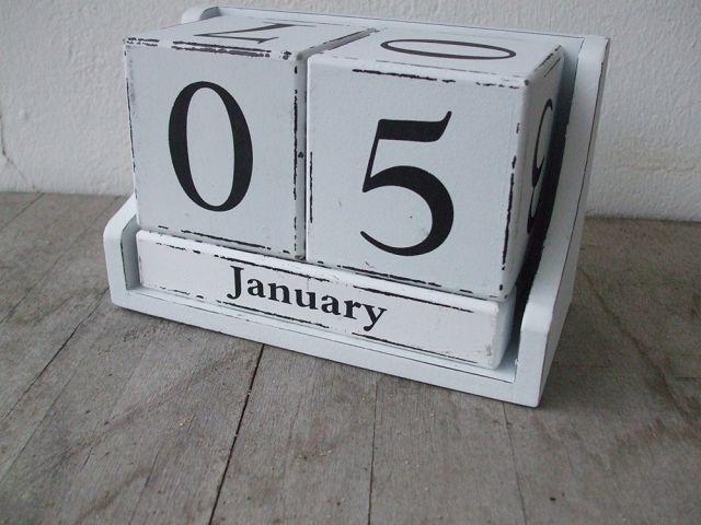 dekorativer ewiger kalender tischkalender holz wei. Black Bedroom Furniture Sets. Home Design Ideas