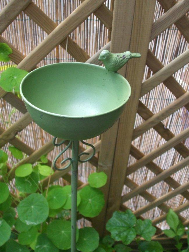 Schöne Vogeltränke auf Stab Futterstelle Gartenstab Eisen grün ...
